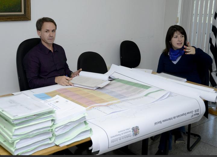 O promotor Claudemir Bataglini e a secretária Daniela Sutti em audiência sobre o Plano Diretor