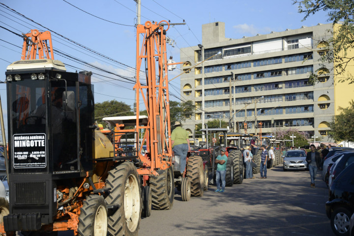 Tratorada fez concentração na área externa do Paço: por apoio à zona rural