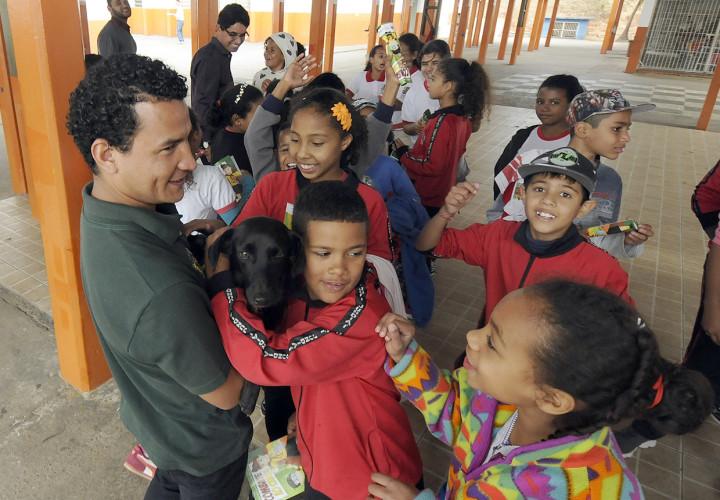 O mascote Sorriso, da Cobema, é motivo de festa para as crianças