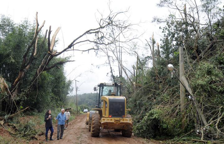 Equipes trabalham incansavelmente para liberar os acessos aos moradores do Mato Dentro