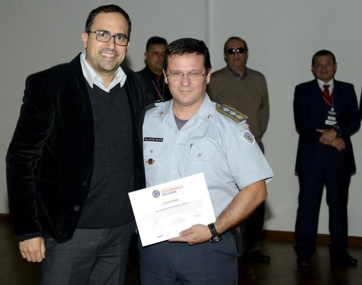 Superintendente da TVE, Thiago Godinho, entrega certificado ao major da PM Jacintho Del Vecchio Jr.