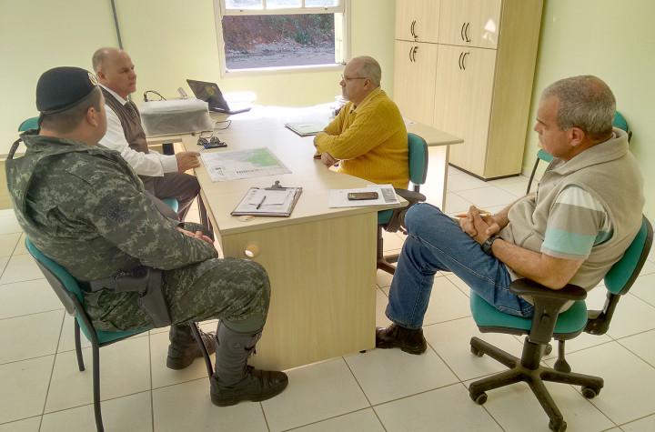 Comandante Ferraz, Gramolelli e Mauro Castro conversam sobre ações de proteção à Serra