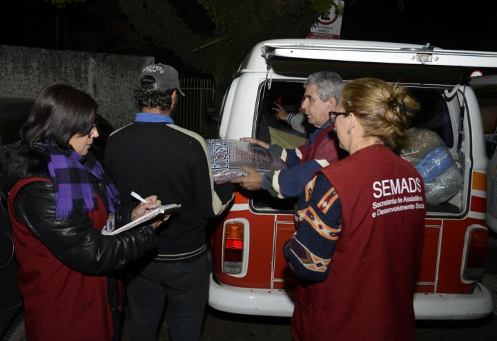 Equipes de abordagem do Centro Pop entregam cobertores para moradores de rua