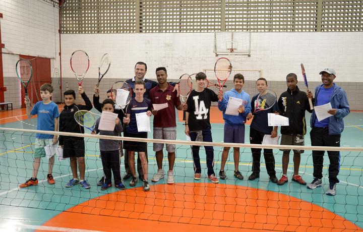 Aula de tênis: esporte como alternativa à rua
