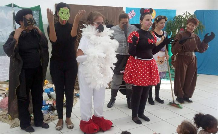 Crianças se divertem e aprendem com a apresentação teatral