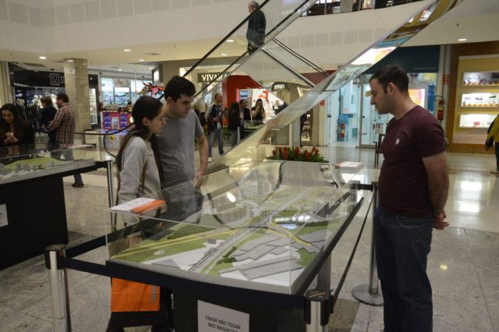 Exposição no Maxi Shopping tem chamado a atenção das pessoas que passam pelo local