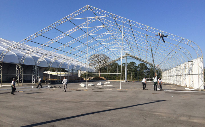 Montagem da tenda que receberá o espaço gourmet durante o evento