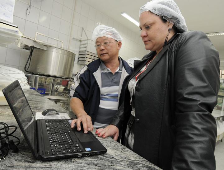 O feirante Flávio comenta com a secretária Valéria a qualidade da rede de abastecimento