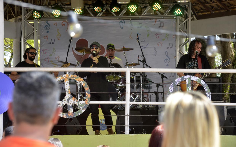 Os shows musicais de artistas locais animaram o público