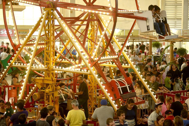 A roda-gigante no pavilhão central atraiu a atenção, especialmente das crianças