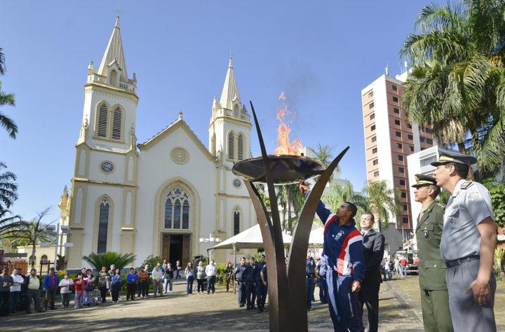 Pira da Praça Governador Pedro de Toledo é acesa pelo sargento Santos Silva do 12º GAC