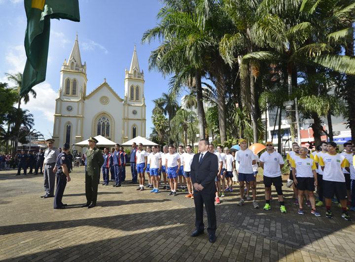 Autoridades militares e civis e a população participaram da abertura da Semana da Pátria, no Centro de Jundiaí