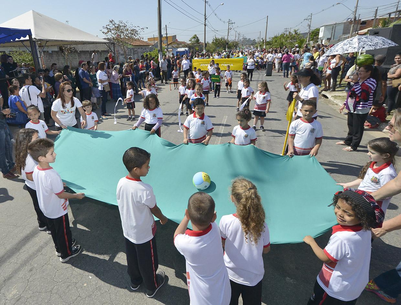 Escolas desfilaram na manhã desta sexta-feira no Novo Horizonte