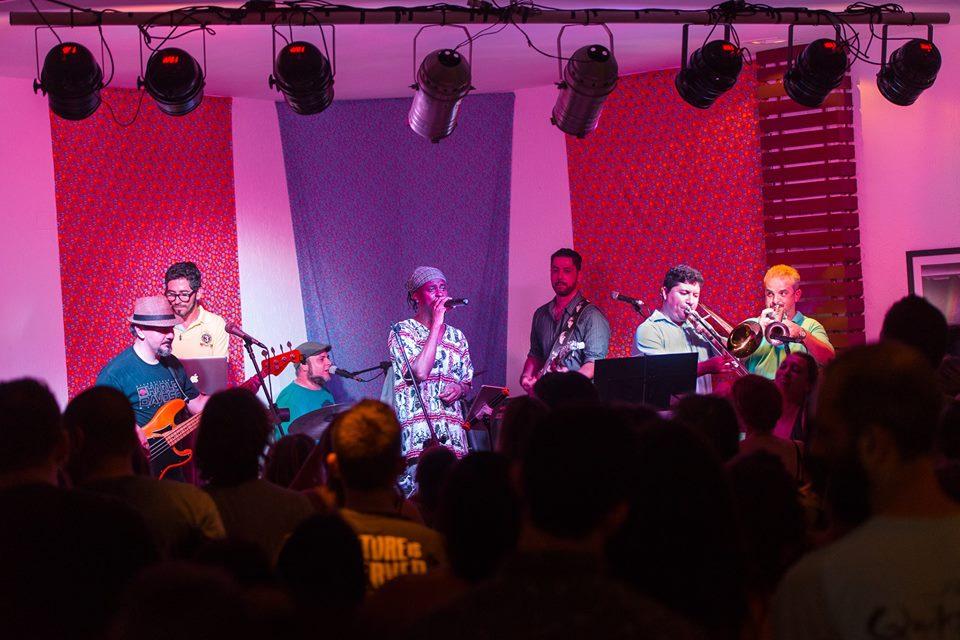"""""""Funk's Natra"""" apresenta o show """"Chama o Síndico"""", que mescla repertório de Tim Maia e Jorge Ben Jor"""