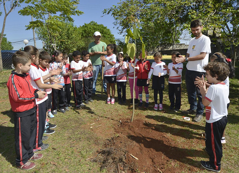 Crianças recebem orientações sobre cuidados com a natureza
