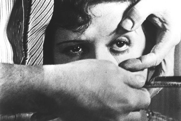 """Cena do filme surrealista lançado em 1928 """"Um Cão Andaluz"""", de Luis Buñuel"""