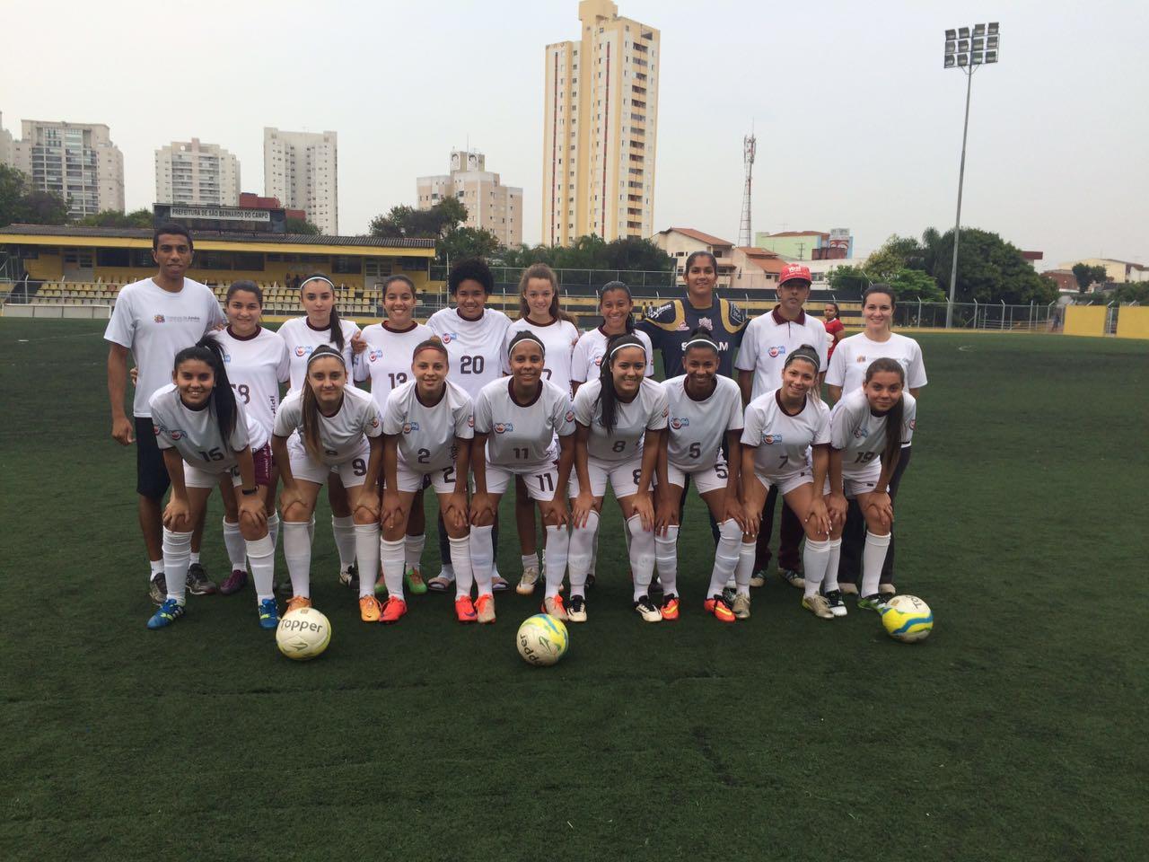 Equipe feminina de futebol começa com pé direito