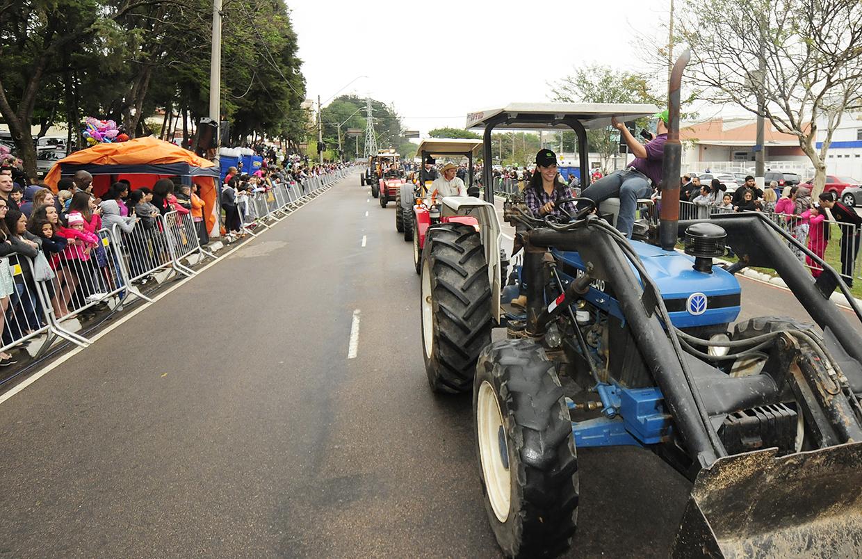 Agricultores desfilaram na Latorre com caminhões e tratores