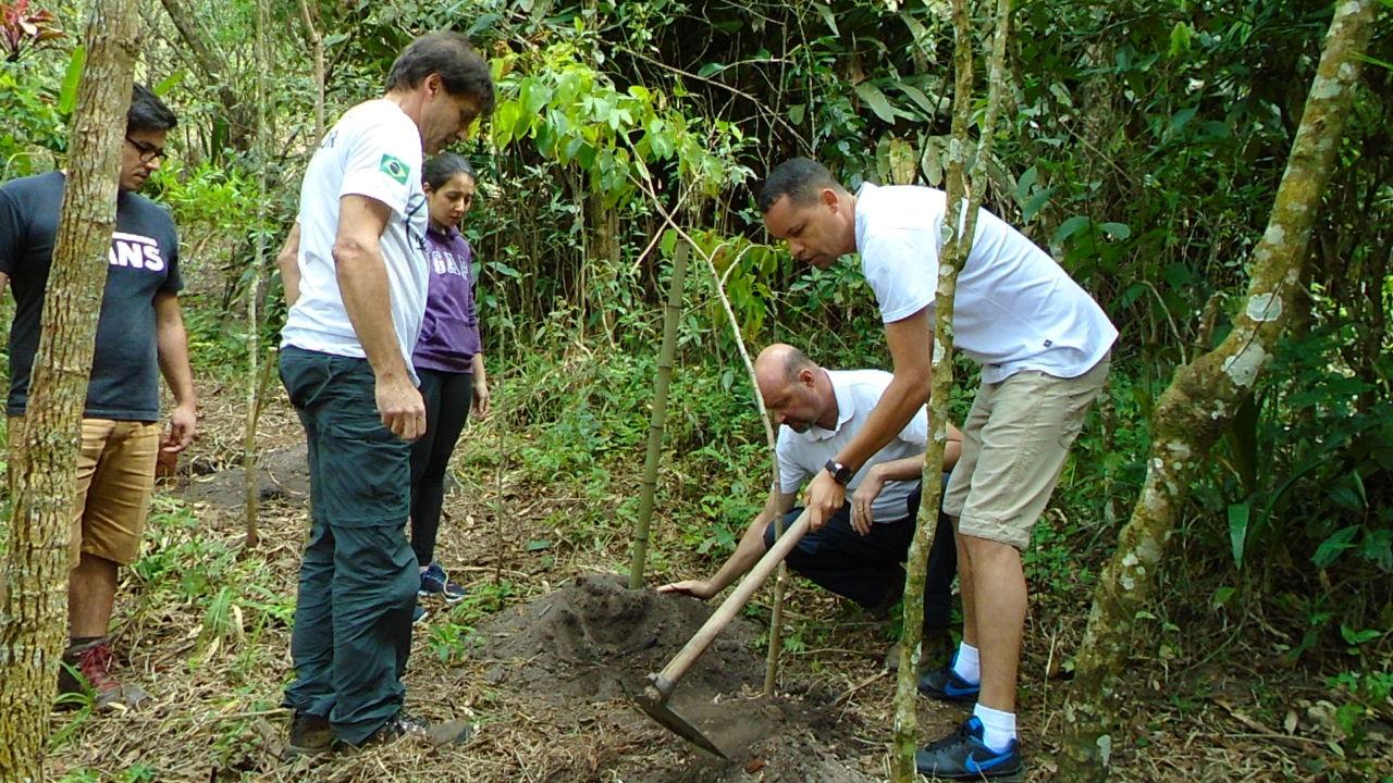 Plantio de espécie nativa no lançamento do projeto