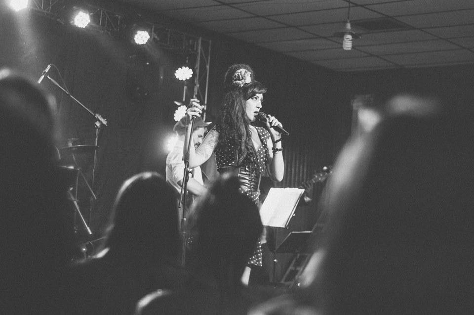 Shelly Simon canta tributo à artista Amy Winehouse desde a morte da cantora em 2011