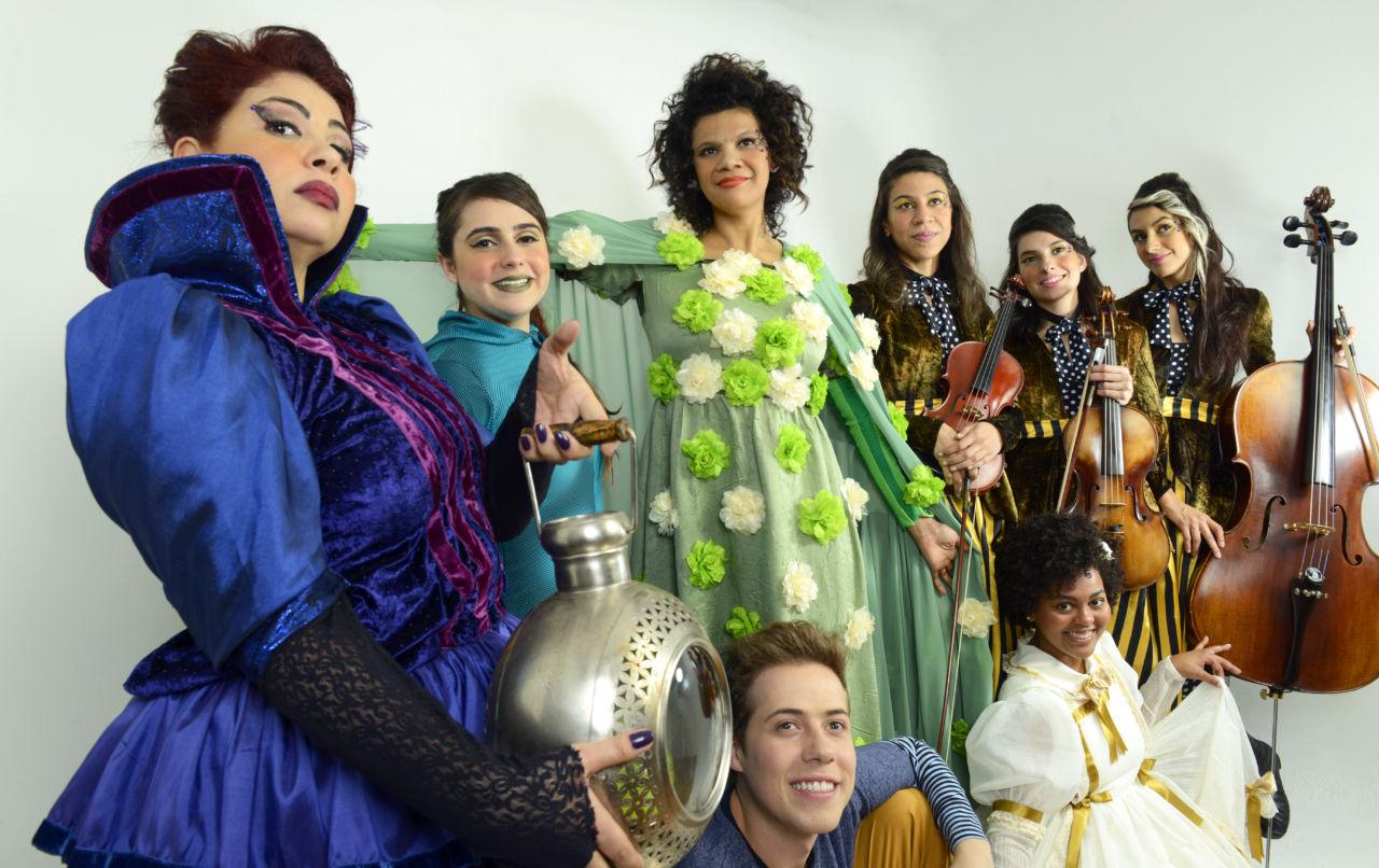 O espetáculo utiliza música e performance de circo para atrair o público