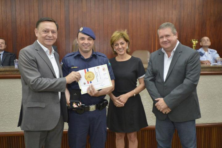 O prefeito Pedro Bigardi, a primeira dama Margarete, e o presidente da Câmara, Marcelo Gastaldo, durante a cerimônia