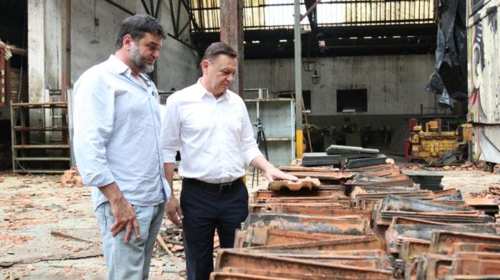 Bigardi e Toninho Sarasá acompanham troca do telhado na antiga oficina de locomotivas