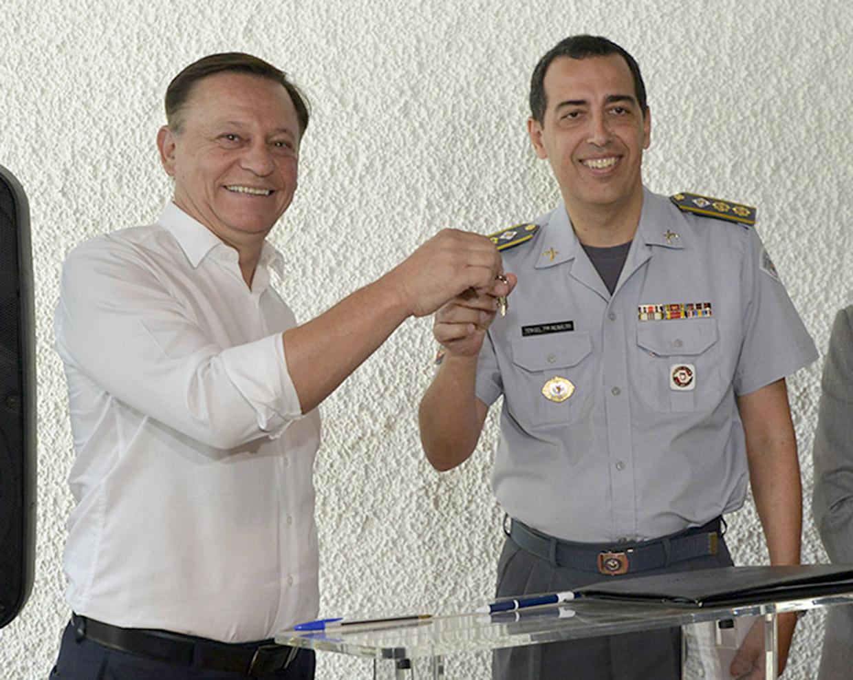 O prefeito Pedro Bigardi entregou as chaves e o documento de cessão do prédio