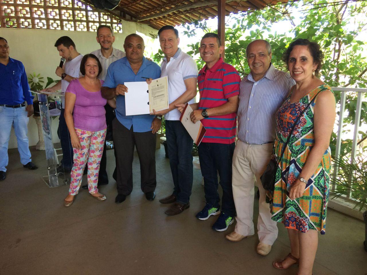 Moradores receberam o título de propriedade dos imóveis das mãos do prefeito