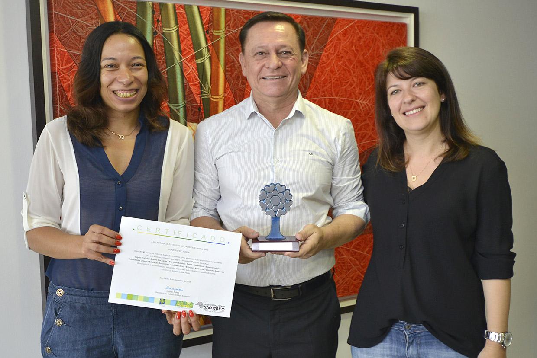 Bigardi comemora o prêmio no Programa Município Verde e Azul, com Karina e Daniela