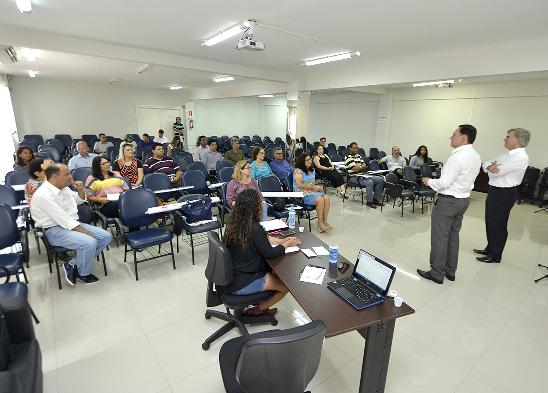 Prefeito Pedro Bigardi cumprimenta servidores durante apresentação de TCC do curso de pós-graduação em Gestão e Políticas Públicas.