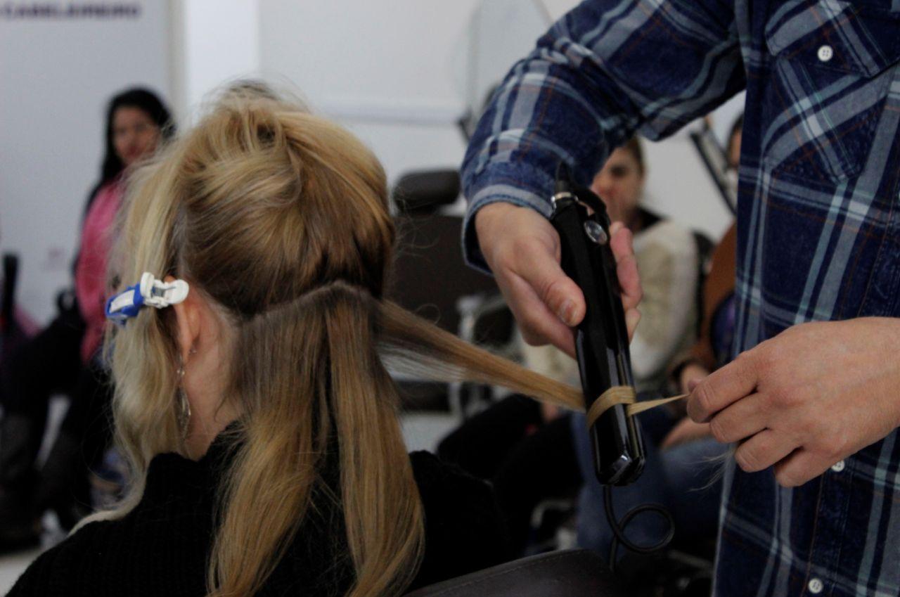 Aluno fazendo procedimento em cabelo durante aula no Funss