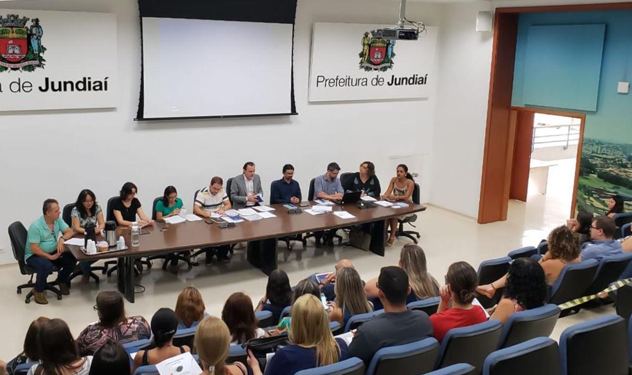 Auditório do Paço Municipal com funcionários e, à frente, gestores fazendo apresentação
