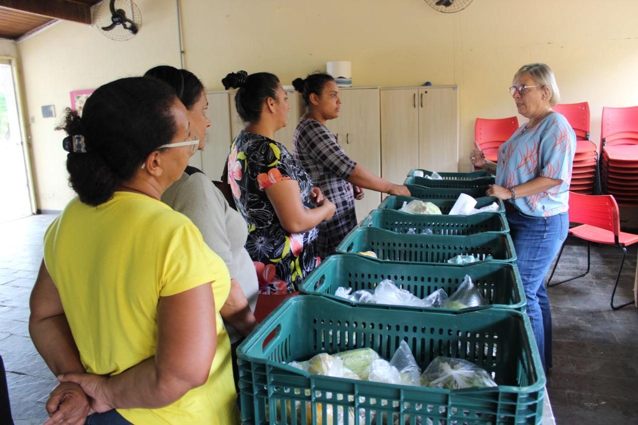 """47d74ff372 Famílias cadastradas recebem instruções para utilização consciente dos alimentos  doados. """""""