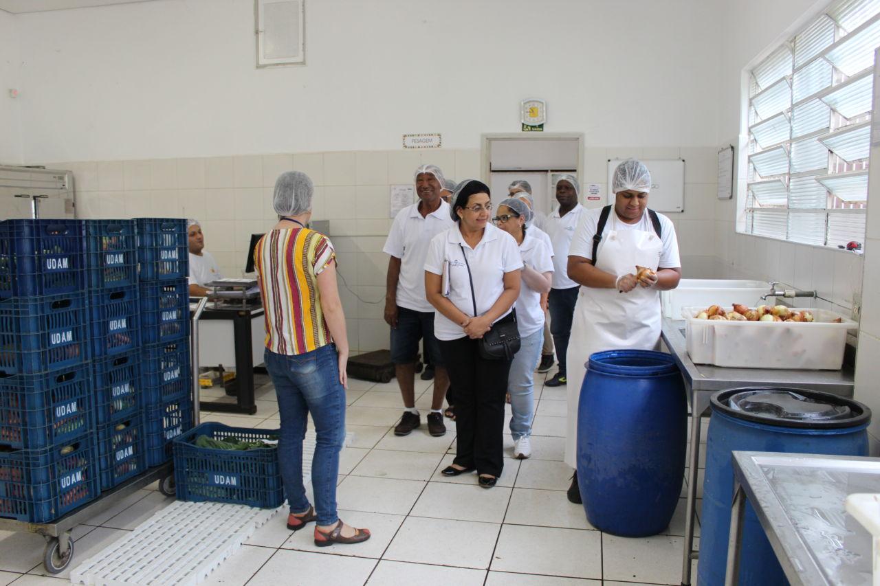 Visitantes conhecem a cozinha do Banco de Alimentos de Rio Claro