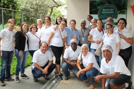 Foto das duas equipes do Banco de Alimentos