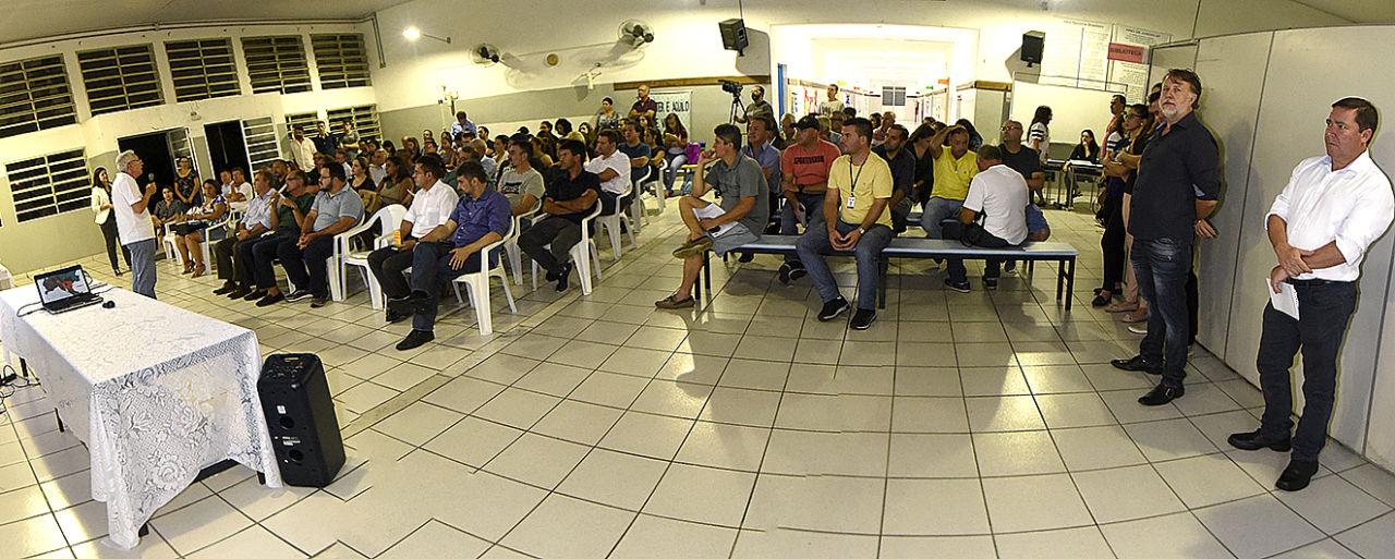 Pessoas sentadas assistindo à apresentação do Plano Diretor
