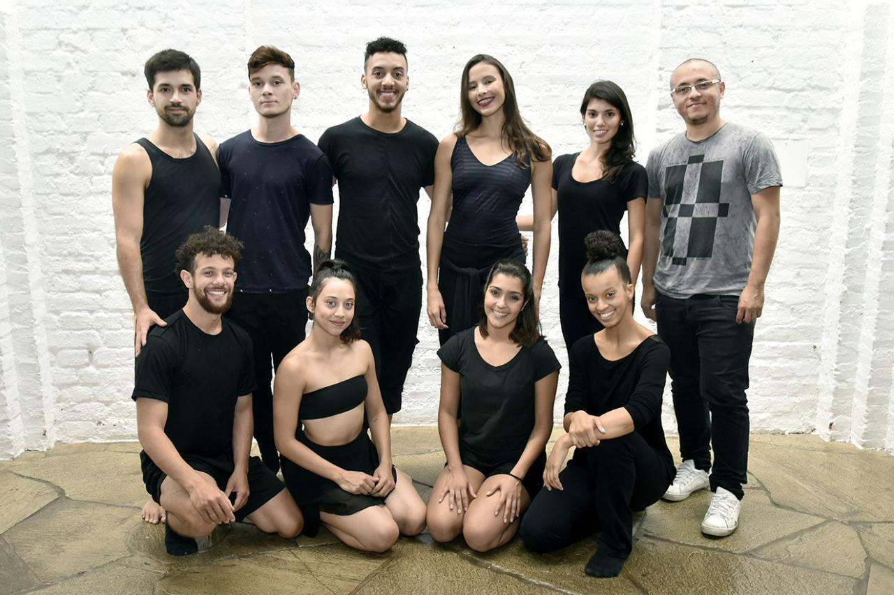 Bailarinos da companhia de dança em foto posada de formação do grupo