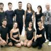 Bailarinos, assistentes de coreografia e diretor artísticos em foto posada
