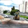 Trator trabalha em obra no viaduto