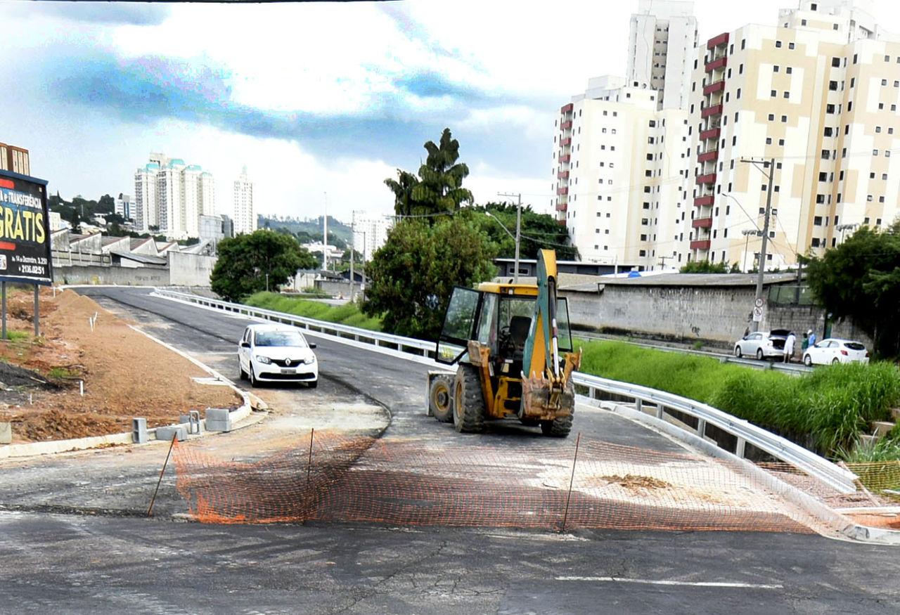 Trator trabalha em obra no viaduto na rua Jacyro Martinasso