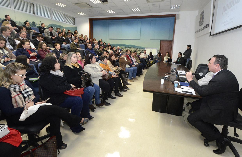 Foto: Gestor de Finanças apresenta dados para plateia no auditório do Paço