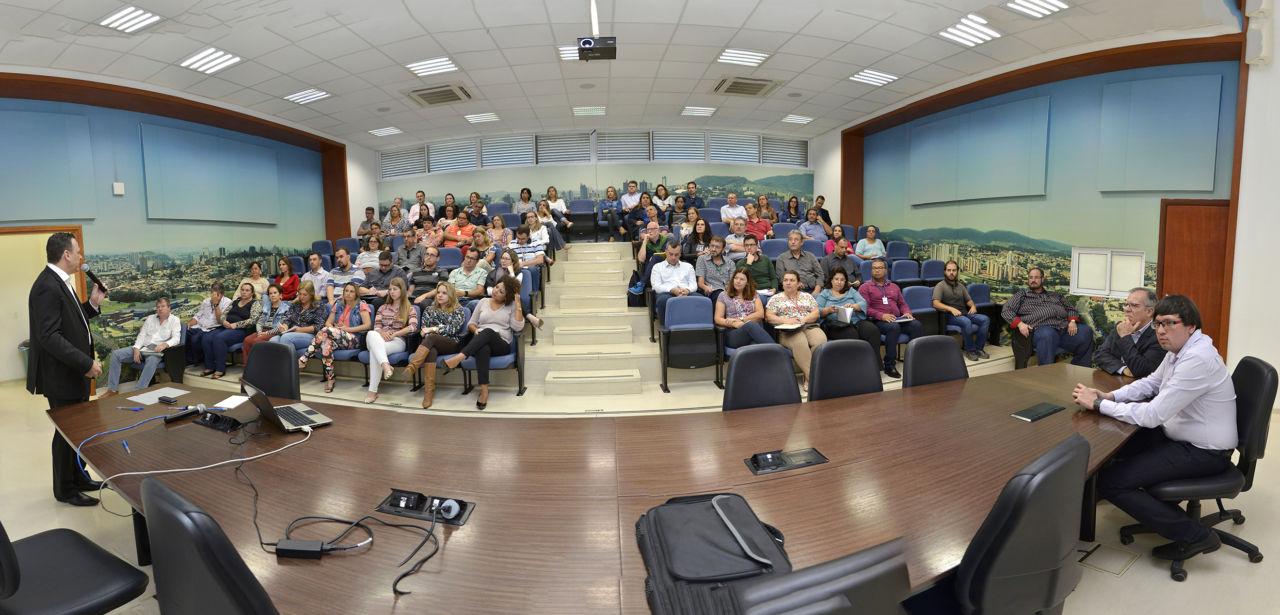 Gestor de Finanças fala para plateia em auditório do Paço Municipal