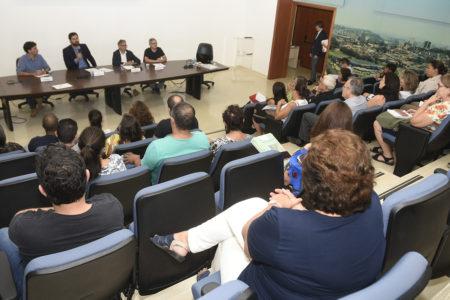 Prefeito Luiz Fernando fala para auditório durante assinatura