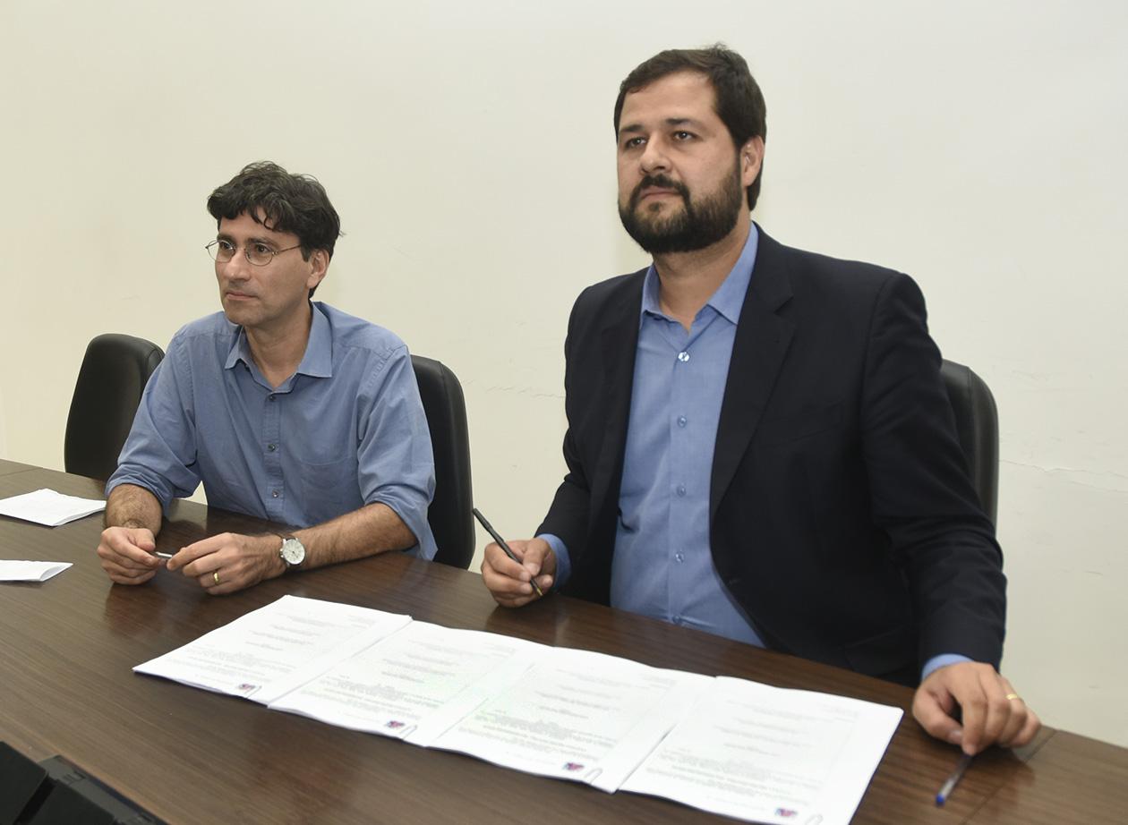 Prefeito Luiz Fernando sentado à mesa