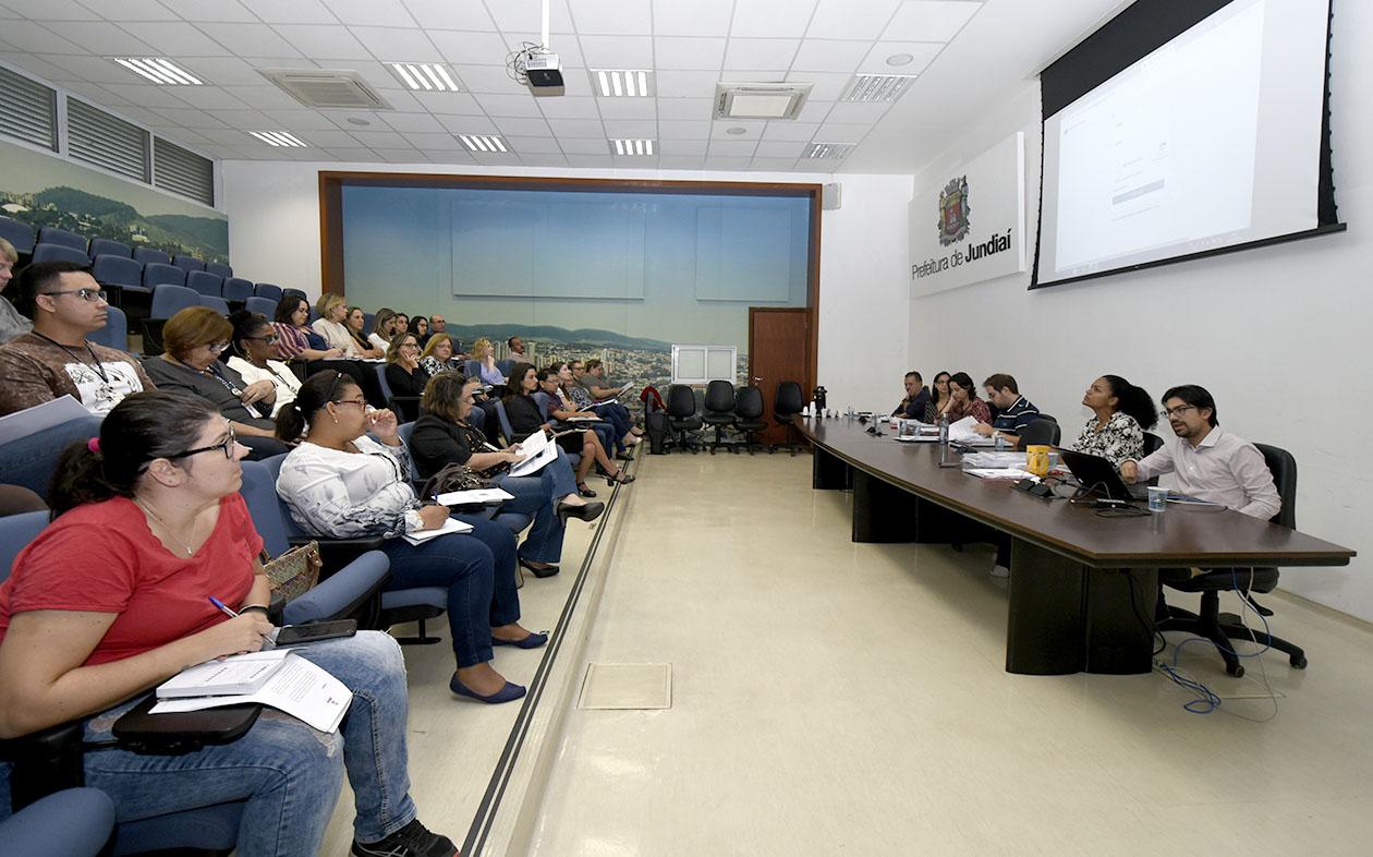 Participantes acompanham reunião em auditório