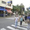 Pessoas atravessam em faixa de pedestre