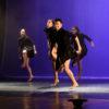 Bailarinos em coreografia no palco do Teatro Polytheama