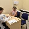 Paciente é atendida por médico em consultório