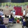 Crianças assistindo a uma apresentação de teatro